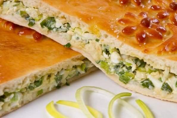 Пирог с яйцами и зеленым луком в